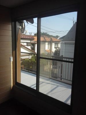 2階洋室のバルコニー側窓から外を見た写真