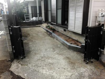 駐車場スペース右側花壇のところでは幅が197センチです。ドアが開いた場合当たらないようにしております。