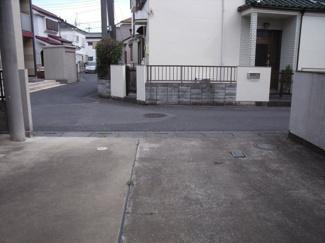 駐車スペースからみた道路の写真です。