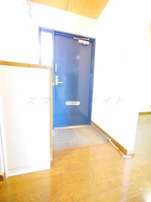 カラフルな玄関扉です。