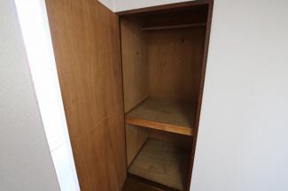 マイキャッスル浅川 洋室6帖にある約半間分の収納スペース