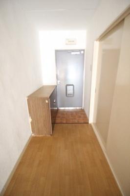 玄関横にシューズボックスがあります。