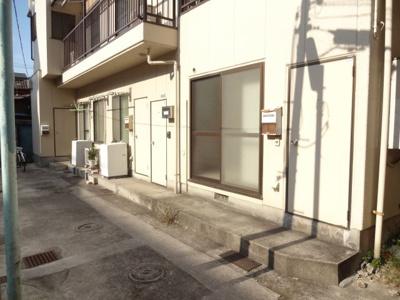 吉川ハイツ 入谷駅から徒歩3分・鶯谷駅から徒歩7分の好立地!コンビニなども近くにあり、買い物も便利です!金杉通りから1本中に入った静かな環境です!2階建てのアパート。全戸南向きです!