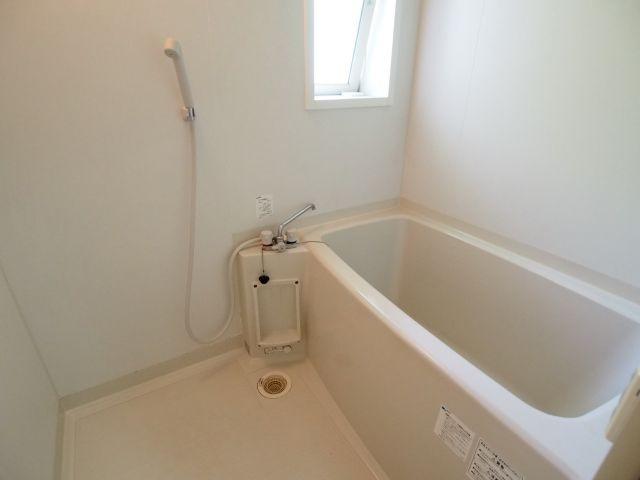 エイトハウス代々木上原 窓があり、明るく、広々としたお風呂です。