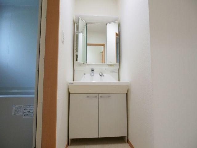 エイトハウス代々木上原 玄関を入って左側に洗面所。洗面台の右側に洗濯機置場があります。