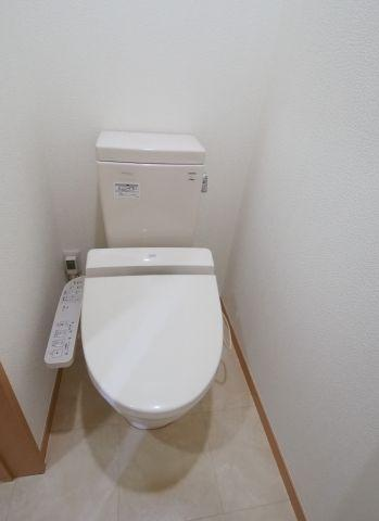 エイトハウス代々木上原 ウォシュレット付きです。トイレには収納が二箇所あるので、とても便利ですね。