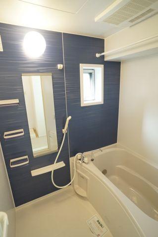 小窓がついているので換気しやすいお風呂。