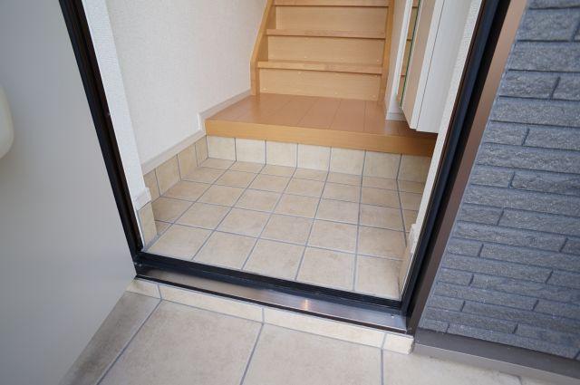 1階に玄関、階段あがって2階に居室の間取りです
