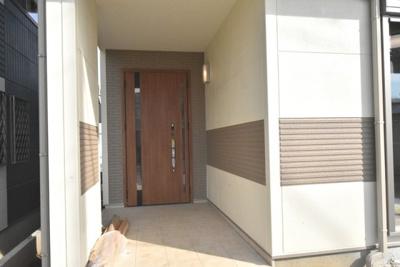 LIXILの断熱玄関ドア親子タイプ、カードキー付です!玄関ポーチが広いので、雨の日の鍵の開け閉めもラクラク♪