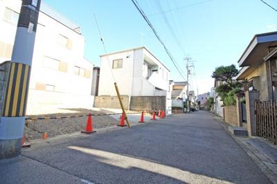 【2017年8月13日撮影】前道 一方 西側(私道) 幅員(5.3)m 接道(12.7)m