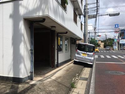 少し段差ありますが建物前に寄せて駐車可能です。