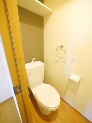 清潔感のあるトイレ・上部には棚付きです。