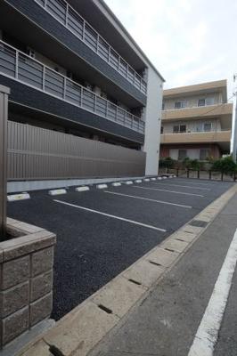 建物の周囲には駐車場もご用意しました。