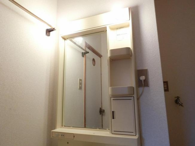 和田マンション 照明付き洗面台