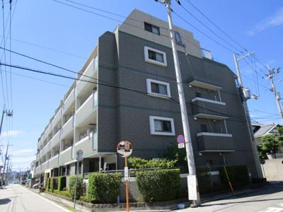 JR高知駅より徒歩10分の静かな住宅街にあります。