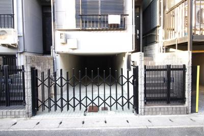 駐車場部分にはガレージ門と、玄関階段には開き門扉があるので安心です。