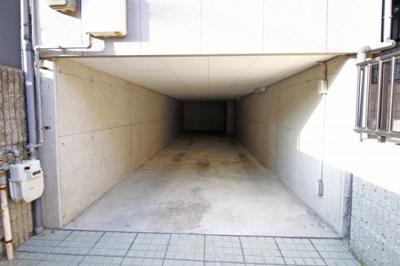 駐車2台可能(※車庫幅2.5m 高さ1.55m)前道は6mあるので駐車ラクラクです。