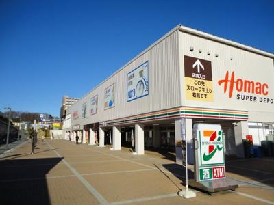 駅前にはホームセンター、スーパー、電気店、飲食店と充実しています。
