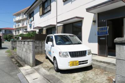 建物の前が駐車場になっています。近くに月極駐車場もございます。