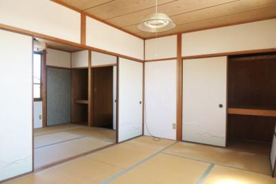 2階続きの和室は、白の壁で明るい雰囲気ですね。