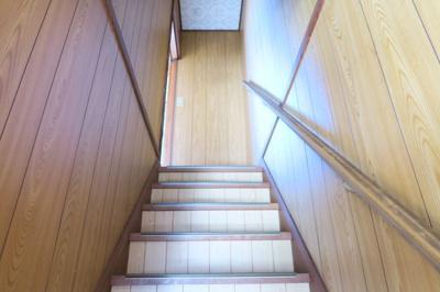 階段には手摺がありますので、ご高齢の方や小さなお子様でも安心に暮らせますね。