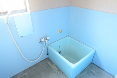 ブルーの浴室は爽やかですね。窓もあり換気が出来ます。