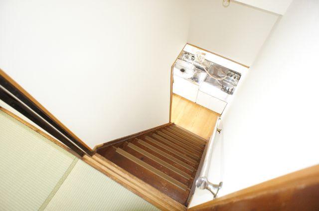 階段は少し急ですが、手すりがついているので安心です。