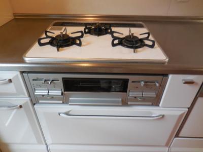 3口ガスコンロキッチン、もちろんグリル機能付きです