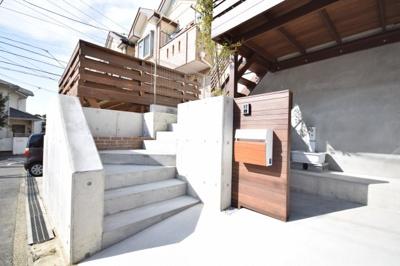 ウッドデッキにひな壇☆プラシバシーも守れて、陽当たりも、風の通りも良好な新築一戸建てです☆藤沢市でも高台の場所になります☆