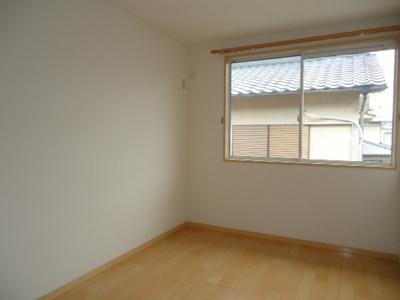窓が大きいので明るく清潔感あるお部屋です。