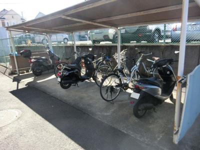 屋根付きの駐輪場があるので雨が降っても安心ですね☆駅から自転車もおすすめです!