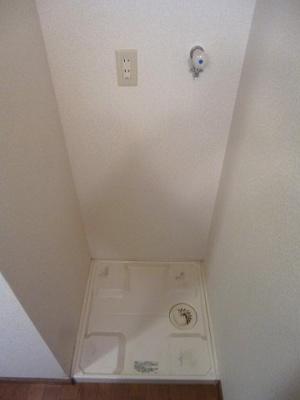 ラクラス田原町の洗面室に洗濯機置場便利です