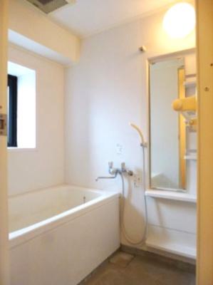 ラクラス田原町のバスルームです、窓付、自動お湯張り機能付バスです