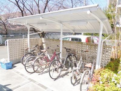 屋根付きの駐輪場があるので雨が降っても自転車が濡れません♪駅から自転車もオススメです!
