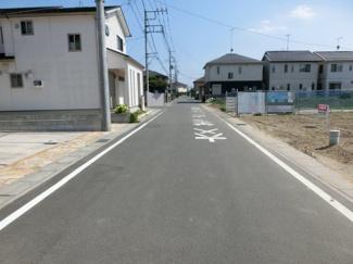 前面道路の写真です。右側が物件です。