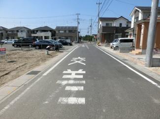 前面道路の写真です。左側が物件です。