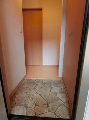 玄関から室内への景観です!正面に洗面所・浴室、左手に6帖の洋室・リビングダイニングキッチンに繋がる扉があります★