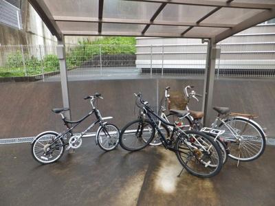 屋根付きの駐輪場で雨が降っても安心♪お買物に自転車を利用するのも良いですよね☆
