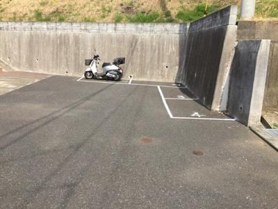 敷地内にあるバイク置き場です☆バイクがあれば通勤・通学、お買い物にも便利です♪