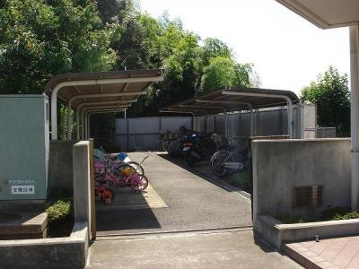 屋根付きの駐輪場で雨が降っても安心♪自転車があれば通勤通学・お買物にも便利です☆