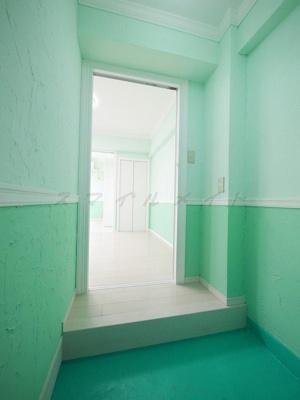 緑を基調とした壁紙がおしゃれな玄関です。