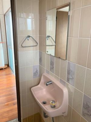 トイレ上には窓もあり換気も可能★棚があるのもポイントです♪