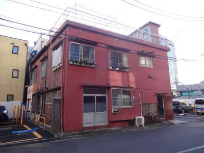 平和荘 三河島駅から徒歩5分・日暮里駅から徒歩9分!尾竹橋通りから1本中に入っていて静かな環境です!日暮里の繊維街通りもすぐ近くです!2階建ての赤いアパート。