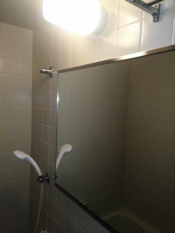 浴室の鏡は大きく使いやすい