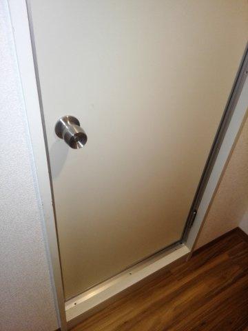 浴室とトイレの入り口のドア