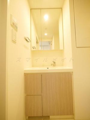 朝の身支度に便利な独立洗面台・2面鏡です。
