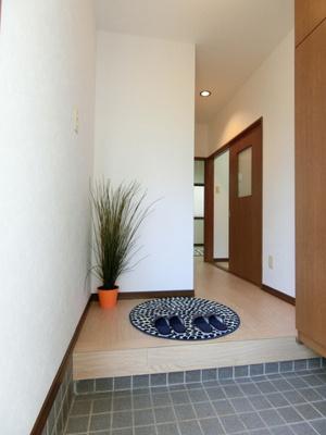 玄関から室内への景観です!右手にシューズボックス・洗面所、左手にトイレがあります★