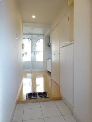 玄関から室内への景観です!右手にトイレ、クローゼット、システムキッチンがあります♪