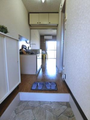 玄関から室内への景観です!キッチンの奥に洋室6帖のお部屋があります☆キッチンの上部には便利な吊戸棚があります♪