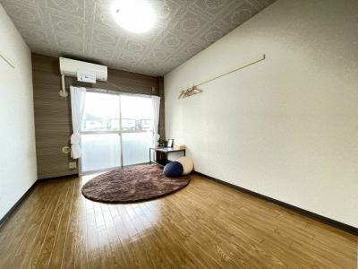 バルコニーに繋がる角部屋洋室6帖のお部屋です♪エアコン付きなので一年中快適に過ごせます☆